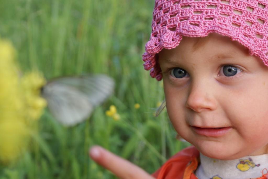 Моя старшая дочка Настенька, изучает мир